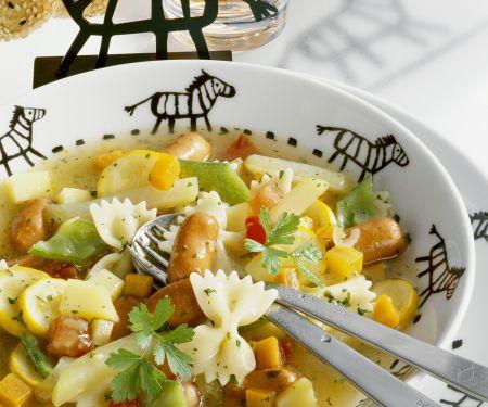 Nudel-Gemüse-Topf mit kleinen Würstchen