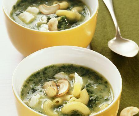 Nudel-Spinat-Suppe mit Cashewkernen