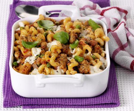 Nudelauflauf mit Wurstbrät, Tomaten und Mozzarella