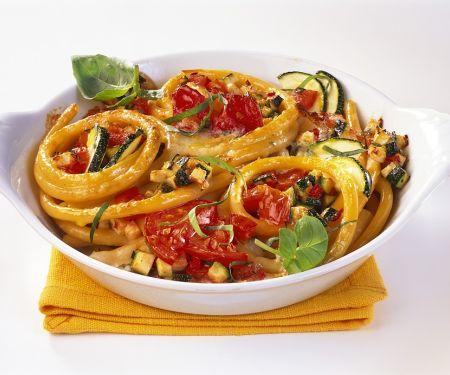 Nudelauflauf mit Zucchini und Tomaten