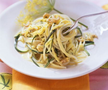 Nudeln mit Gemüse und Krabben