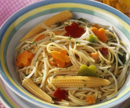 Nudeln mit Gemüse und Mini-Mais