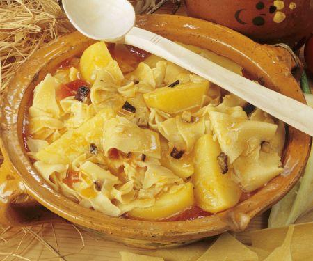 Nudeln mit Kartoffeln auf ungarische Art