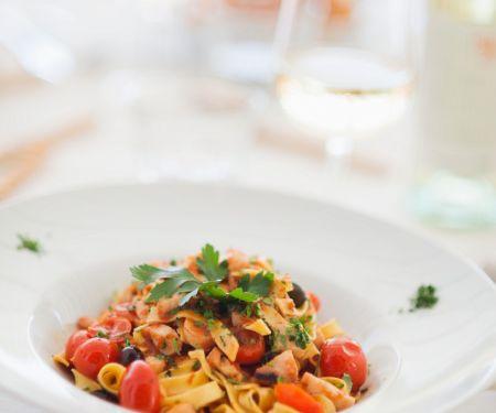 Nudeln mit Tomaten und Oktopus
