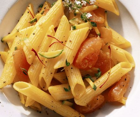 Nudeln mit Tomaten und Zucchini