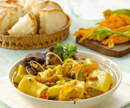 Nudeln mit Zucchiniblüten und Muscheln