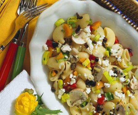 Nudelsalat mit Pilzen und Schafskäse