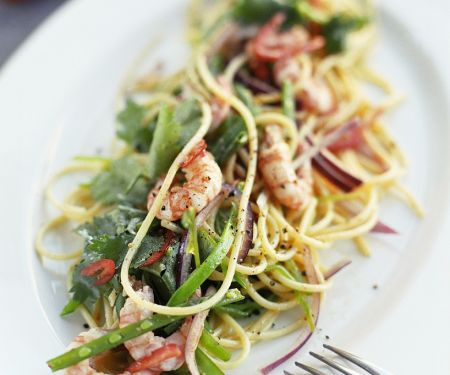 Nudelsalat mit Zuckerschoten und Shrimps