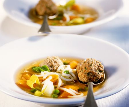 Nudelsuppe mit Gemüse und Fleischbällchen