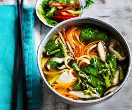 Nudelsuppe mit Tofu und Gemüse