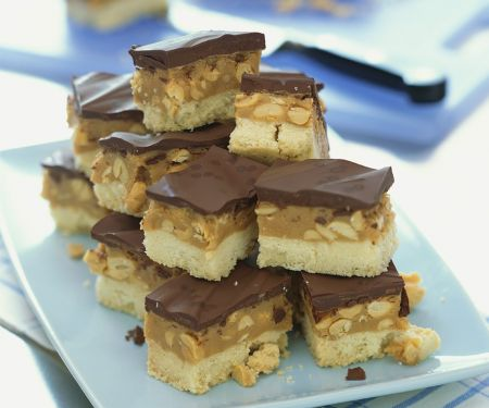 Nuss-Karamell-Stücken mit Schokolade glasiert