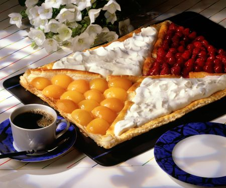 Obstkuchen vom Blech mit Schlagsahne