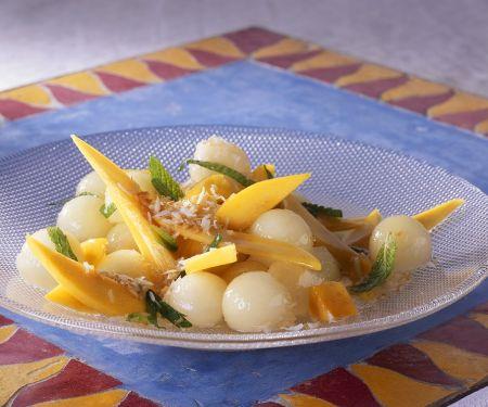 Obstsalat mit Mango, Melone und Kräutern