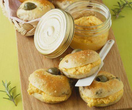 Olivenbrötchen mit Möhrencreme