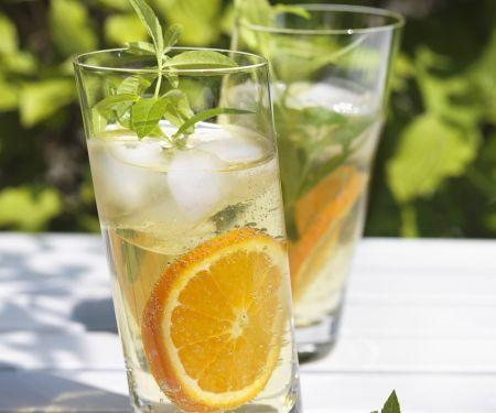 Orangen-Drinks mit Zitronenverbene