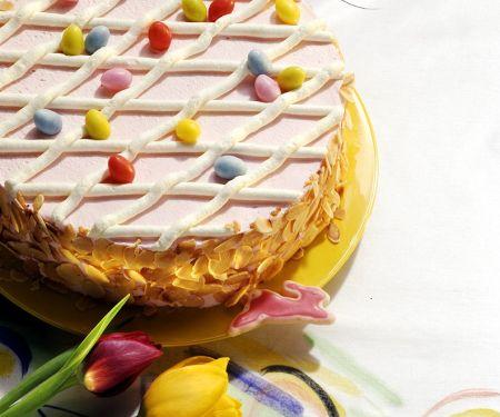 Oster-Torte mit Beeren und Sahne