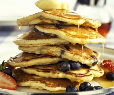 Pancakes mit Beeren und Sirup