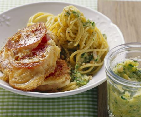 Panierte kleine Kalbsschnitzel nach Mailänder Art (Piccata milanese) mit Pasta
