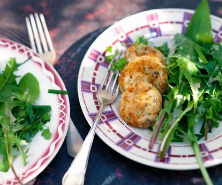 Panierter Ziegenkäse und wilder Salat