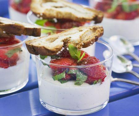 Panna cotta mit Erdbeeren und Zimtbrot