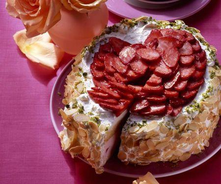 Panna-Cotta-Torte mit Erdbeeren und Mandelrand