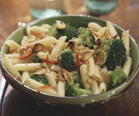 Pasta mit Brokkoli, Knoblauch und Walnüssen