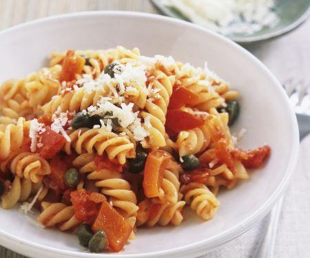 Pasta mit Paprika, Kapern und Parmesan
