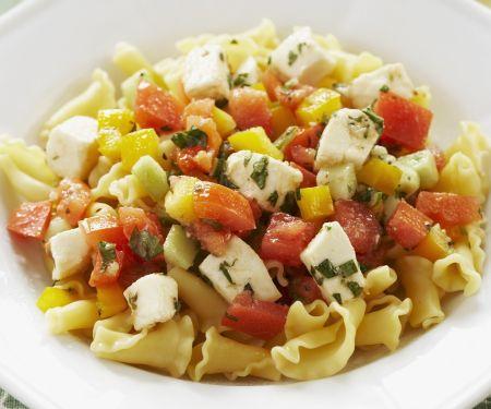 Pasta mit Paprika, Tomaten und Schafskäse