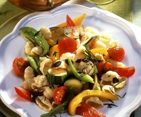 Pasta mit sommerlichem Gemüse und Kürbiskernen