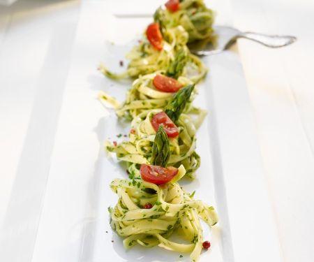 Pastanester mit Spargel und Tomaten