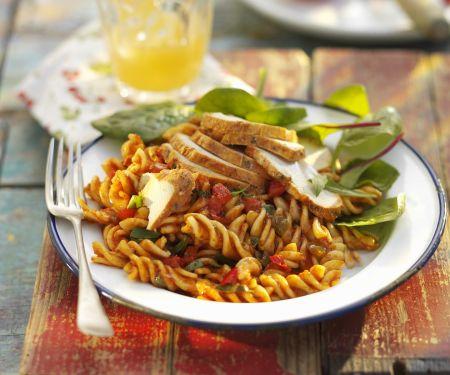 Pastasalat mit Hühnchen, Tomaten und Basilikum