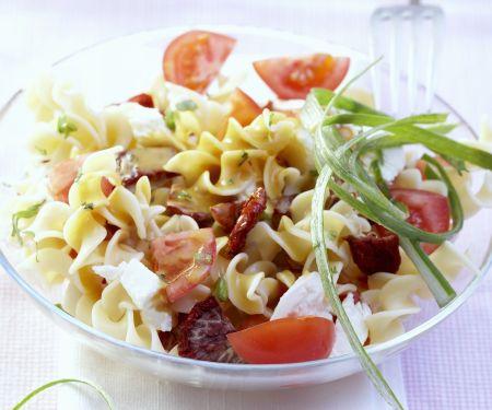 Pastasalat mit Tomaten