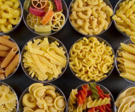 Verschiedene Pastasorten ungekocht in kleinen Schälchen