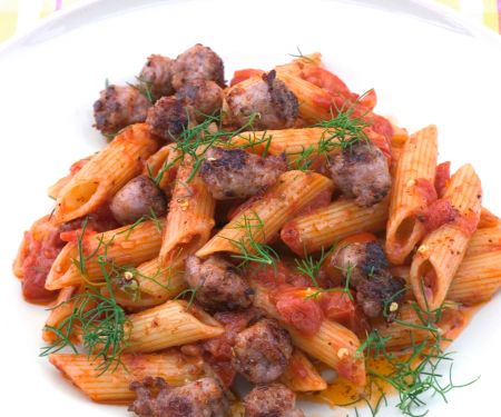 Penne rigate mit Tomatensauce und Salsiccia