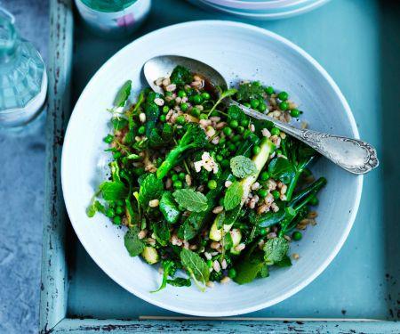 Perlgraupensalat mit grünem Gemüse und Minze