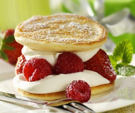 Pfannkuchen mit Beeren und Sahne
