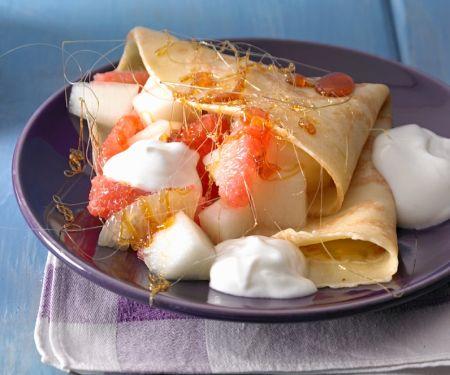 Pfannkuchen mit Obstsalat und Karamell