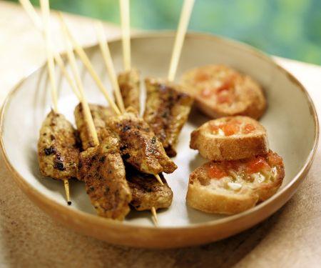 Pikante Fleischspieße und Brote mit Knoblauch