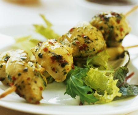 Pikante Hähnchenspieße mit Salat