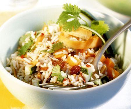 Pikanter Reissalat mit Gemüse und Rosinen