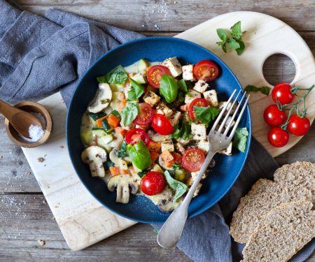Pilz-Gemüse-Pfanne mit Tofu und Tomaten