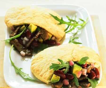 Pitabrot mit Fleisch-Bohnensalatfüllung