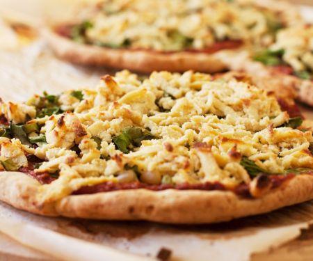 Pizza mit Oliven, Spinat, Cashew-Käse und Marinarasoße (glutenfrei)