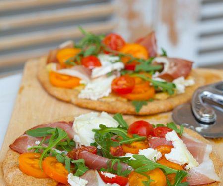Pizza mit Schinken und Rucola