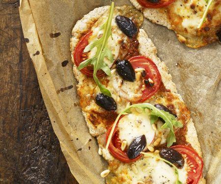 Pizza mit Tomaten und Rucola