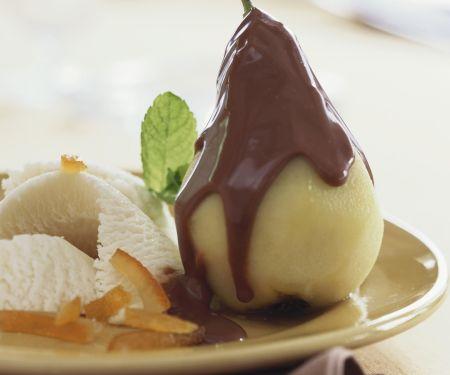 Pochierte Birne mit Schokosoße und Vanilleeis