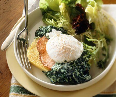Polentaschnitten mit Salat und Ei