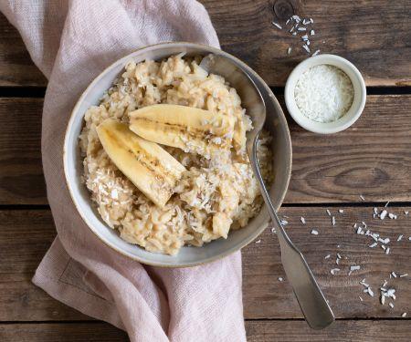 Porridge aus Naturreis, Banane und Kokos