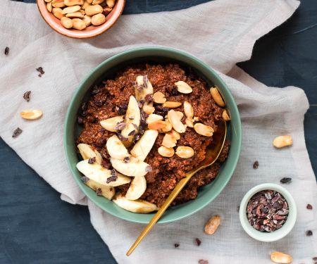 Porridge mit Banane, Schokolade und Erdnüssen