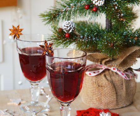 Punsch mit Rotwein und Gewürzen